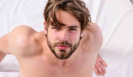 Photo pour Homme ressentant des maux de dos dans le lit après avoir dormi. Photo montrant un jeune homme s'étirant dans son lit. Bonjour. - image libre de droit