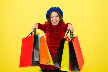 Photo pour Tout ce que je veux pour mon anniversaire. Fille enfant tenir des tas de sacs ou paquets cadeaux anniversaire. Concept commercial anniversaire. Enfant mignonne petite fille sur le tour de shopping. Meilleur prix. Acheter maintenant. Visite du centre commercial. - image libre de droit