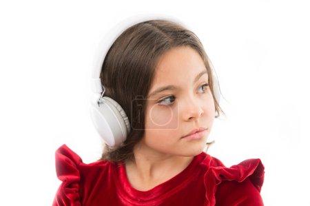 Photo pour La musique est tellement amusante. petite fille en robe rouge. enfance et bonheur. petit enfant dans les écouteurs. la musique. écoute ebook. éducation audio. Enfant mode et beauté. heureux jour des enfants . - image libre de droit
