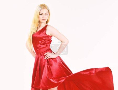 Photo pour Lady robe de soirée, fille élégante dans une robe longue avec queue, mannequin isolé sur blanc, belles filles bien habillées. Fond robe rouge, blanc de femme usure soirée élégante. Jeune fille en robe, espace copie - image libre de droit