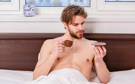Photo pour Jeune homme s'étirant en se réveillant le matin. Étirez-vous après le réveil le matin. Portrait de l'homme bâille et s'étire au lit - image libre de droit