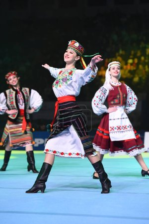 Photo pour Kiev, Ukraine - 01 avril 2017 : Performance de l'ensemble de danse ukrainienne à la Coupe internationale de gymnastique artistique Stella Zakharova Ukraine. Danse folklorique traditionnelle. Danse ethnique . - image libre de droit