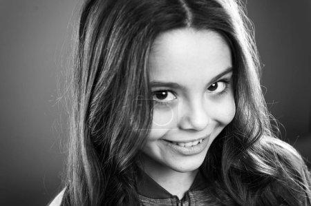 Photo pour Mignonnes petites filles joyeux visage souriant. Enfant cheveux longs heureux souriant. Concept de l'enfance heureuse. Ce que la science a à dire au sujet des sourires authentiques et fausses. Quelle est la différence entre un sourire faux et sincère. - image libre de droit