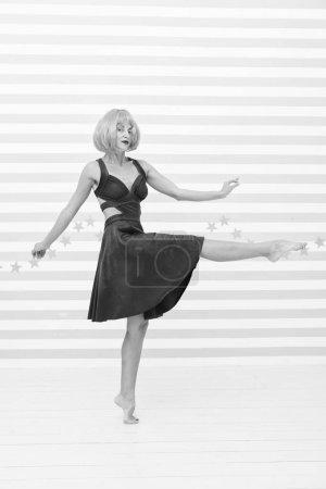 Photo pour Fille insouciante avec regard fou fait un pas. tellement amusant. fille folle avec des cheveux orange dansant pieds nus. totalement insouciant. beauté et concept de mode d'été. - image libre de droit