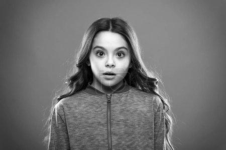 Photo pour Fille mignonne enfant confus se demandant visage. Enfant cheveux longs se demandant. Concept de faits confus. Des faits qui vous étonneront en une seule phrase. Des faits ahurissants vous laisseront sans voix . - image libre de droit