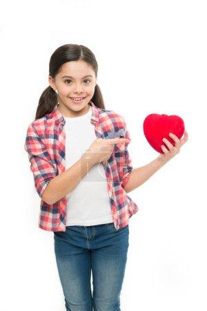 Photo pour Célébrez la Saint Valentin. Concept d'amour et sentiments romantiques. L'attribut coeur rouge de la Saint-Valentin. Cadeau ou cadeau de coeur. Moi à toi. Salutation de cœur sincère. fille mignon enfant tenir coeur symbole amour . - image libre de droit