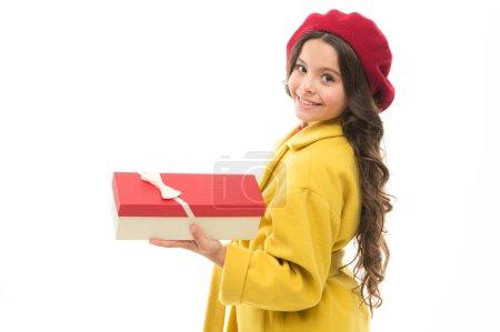 Photo pour Shopping d'anniversaire. Chaque fille rêve d'une telle surprise. Anniversaire fille porter cadeau avec ruban arc. Liste de souhaits d'anniversaire. Visitez le magasin de mode pour choisir un cadeau. Fille heureux enfant tenir boîte cadeau d'anniversaire . - image libre de droit