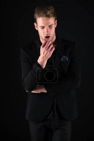 Photo pour Confiant dans son style. Homme vêtements foncés. Par hasard le beau. Homme beau bien toiletté macho sur fond noir. Se sentir confiant. Beauté masculine et la masculinité. Modèle de confiance attrayant Guy. - image libre de droit