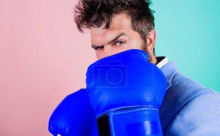 Photo pour La performance stimule le succès. Homme fort en position de boxe. Un homme d'affaires porte des gants de boxe. L'homme actif s'entraîne à la boxe. Lutter pour le succès dans le sport ou les affaires. Le sport améliore ses compétences en affaires . - image libre de droit
