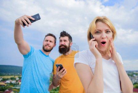 Photo pour Portrait de personnes occupées parlant sur le téléphone mobile. - image libre de droit
