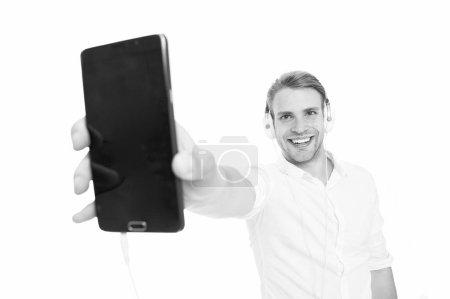 Photo pour Promotion de votre entreprise en ligne. Homme d'affaires lire ebook business en ligne. Bel homme Venez écouter de la musique dans le casque. Amateur de musique. Ebook n'est pas comme un livre imprimé. - image libre de droit