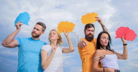 Communication de masse. La communication se fait par des ballons de parole. Les amis envoient des messages sur les bulles de bande dessinée. Communication de groupe plaisir. Les gens parlent en utilisant des bulles d'expression, l'espace de copie