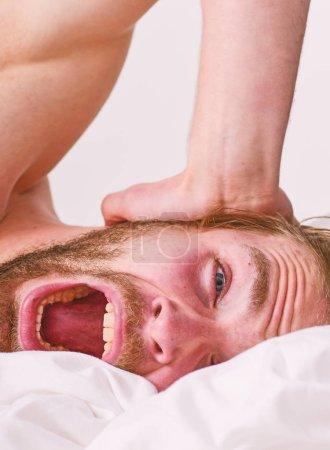 Photo pour Conseils de routine matin pour se sentir bien toute la journée. Beau mec homme poser dans son lit dans la matinée. Conseils sur la façon de se réveiller à se sentir frais et énergique. Comment se lever matin se sentant frais. En fin de matinée dormi trop longtemps. - image libre de droit
