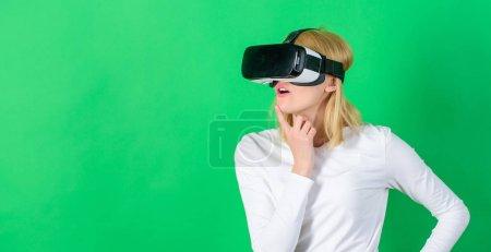 Photo pour La femme avec des lunettes de réalité virtuelle. Femme à l'aide du dispositif de Vr. Femme souriante joyeuse à la recherche dans des verres de Vr. Gadgets futuristes - image libre de droit