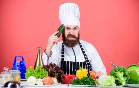 Photo pour Café végétarien chef Hipster. Concept de recette végétarienne. Choisissez un mode de vie végétarien. Homme tablier de chapeau de cuisine tenir des légumes frais. Restaurant végétarien. Acheter des légumes frais épicerie . - image libre de droit