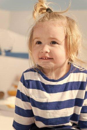 Photo pour En croisière avec les enfants. Chemise rayée de la face enfant souriant ressemble à marin. Kid garçon bambin mer voyage croisière. Enfant profiter de vacances sur bateau de croisière. Vacances en famille sur la croisière expédier tout voyage à forfait. - image libre de droit