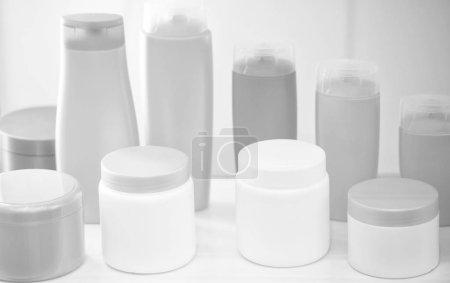 Photo pour Beauté blanc vide produit ou skincare cosmétologie bouteilles en plastique ou flacon de flacons colorés sur fond blanc - image libre de droit