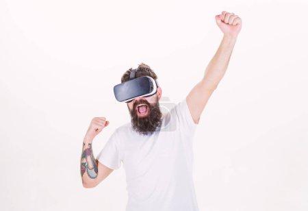 Photo pour Gagnez un concours virtuel. Le gars avec écran monté sur la tête interagit avec la réalité virtuelle. Hipster jouer jeu virtuel. Succès virtuel. Homme barbu gamer VR lunettes fond blanc. Concept de jeu de cyberréalité . - image libre de droit