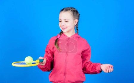 Photo pour Séance de gym de l'adolescente. Heureux enfant jouer à la balle de tennis. Petite fille. Régime de remise en forme apporte la santé et l'énergie. Joueuse de tennis avec la raquette et la balle. Activité de l'enfance. Balle de tennis jeu de sport. servir la balle. - image libre de droit