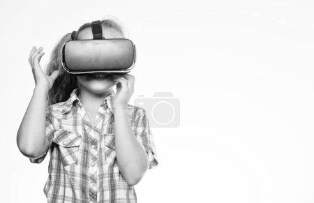 Photo pour Concept de réalité virtuelle. Enfant mignon fille avec affichage monté sur la tête sur fond blanc. Le petit enfant utilise la technologie moderne réalité virtuelle. Éducation virtuelle pour les élèves. Obtenez une expérience virtuelle . - image libre de droit