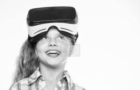 Photo pour Éducation virtuelle pour écolier. Acquérir de l'expérience virtuelle. Petite fille mignonne avec tête monté affichage sur fond blanc. Concept de réalité virtuelle. Petit enfant utiliser la réalité virtuelle de la technologie moderne. - image libre de droit