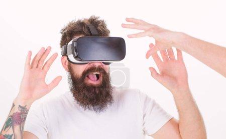 Photo pour Homme avec barbe en fond blanc, des lunettes de Vr. Concept de réalité virtuelle. Hipster utiliser les technologies modernes pour le divertissement. Mec avec affichage monté tête interagissent avec la main en réalité virtuelle. - image libre de droit