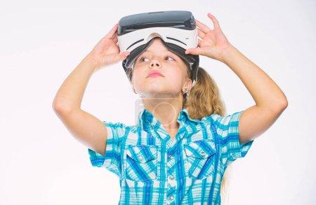 Photo pour Enfant joue à des jeux virtuels avec équipement moderne. Explorez occasion virtuelle. Nouveaux jeux de réalité virtuelle d'enfants. La réalité virtuelle est amusant pour tous les âges. Fille de gamin avec des lunettes de vr. Peu de notion gamer. - image libre de droit