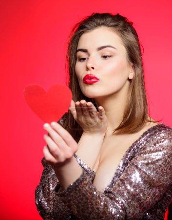Photo pour Saint Valentin et ambiance romantique. Baiser tendre de belle fille avec des lèvres rouges maquillage. Diffuser l'humeur romantique autour. Doux baiser. Un baiser aérien. Je t'aime tellement. femme attrayant baiser visage envoyer l'amour pour vous . - image libre de droit