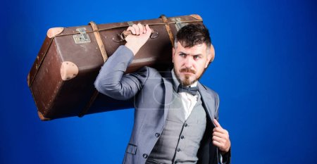 Photo pour L'homme a bien soigné hipster barbu avec grosse valise. Prenez toutes vos choses avec vous. Valise lourde. Service de livraison. Concept de voyage et bagages. Voyageur de hipster avec bagages. Assurances bagages. - image libre de droit