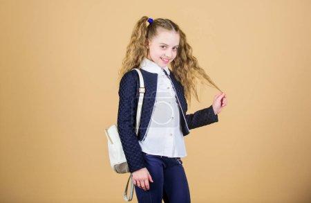 Photo pour Accessoire de mode utile populaire. Écolière avec petit sac à dos en cuir. Portez un sac confortable. Mini sac à dos élégant. Apprenez comment ajuster correctement le sac à dos. Petite fille mignonne à la mode porter sac à dos . - image libre de droit