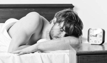 Photo pour Homme paresseux heureux se réveiller dans le lit s'élevant des mains le matin avec la sensation de fraîcheur détendue. Bel homme bâillement et étirant ses bras vers le haut. Gens cool détente - image libre de droit