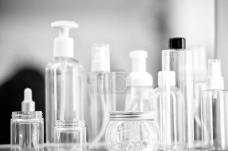 Photo pour Vide vide produit de beauté ou soins de la peau cosmétologie bouteilles en verre ou flacons colorés flacon sur fond flou - image libre de droit