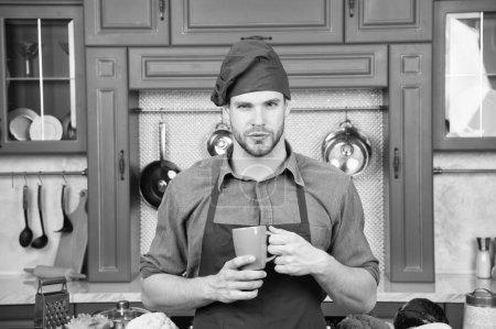 Photo pour Homme chef porter tablier cuisine dans la cuisine professionnelle. Un chef tient une tasse de boisson. Bon goût. Chef préparé délicieuse boisson chaude. Recette de boissons. Smoothie concept de boisson saine . - image libre de droit