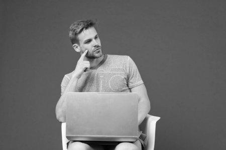 Photo pour Le monde entier en un seul geste. Homme surfant sur Internet sur ordinateur portable. Le gars qui travaille en ligne. Profitez des avantages du shopping en ligne. Accès Internet gratuit. Homme avec ordinateur portable moderne surfer sur Internet. Technologies modernes . - image libre de droit