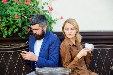 Photo pour Week-end en famille. Couples charmants mariés détendant ensemble. Couples café terrasse boire du café. Couples dans l'amour s'asseoir terrasse café profiter du café. Message secret d'homme trichant sur la femme. Cheat et trahison. - image libre de droit