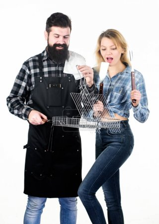 Photo pour Bon pour le barbecue. Homme barbu et jolie femme tenant une grille de grillage. Heureux couple ayant grille de gril pour griller. Griller est une façon saine de cuisiner les aliments. Réunion de famille avec grill mangal . - image libre de droit
