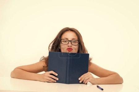 Photo pour Femme sexy donne des leçons de séduction. Femme sexy avec livre. Connaissance des techniques de séduction. Leçons pour l'avenir. Beauté séduisante. - image libre de droit