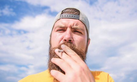 Photo pour Calme-toi. Concept de habitude de fumer. Hipster réfléchie concentré visage avec fumée vole de bouche. Fumer à l'extérieur. L'homme barbe et moustache fumer fond de ciel. Effet relaxant du tabagisme. - image libre de droit