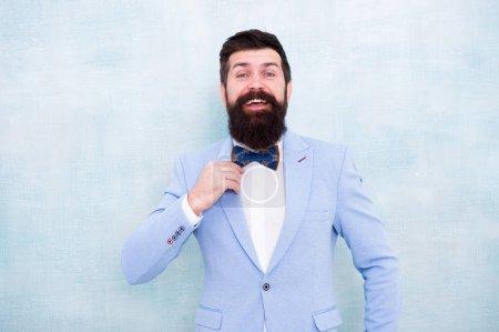 Photo pour Confiant dans son style. homme d'affaires mature en veste bleue. gentleman aller à un rendez-vous amoureux. look mode smoking. homme barbu en nœud papillon. glamour hipster mâle avec barbe en nœud papillon. marié de mariée au mariage . - image libre de droit