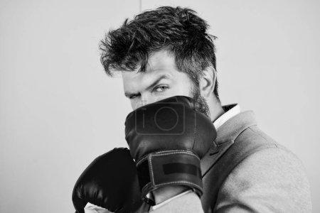 Photo pour Créer un nouveau record personnel. Un homme d'affaires porte des gants de boxe. Homme fort en position de boxe. Patron homme ont une formation de boxe. Lutter pour le succès dans le sport ou les affaires. Le sport améliore ses compétences en affaires . - image libre de droit
