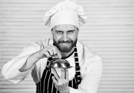 Photo pour La haute cuisine n'est pas prétentieuse. Chef cuisinier en uniforme debout avec plat délicieux. Bel homme en chapeau tablier et cuire. Maître cuisinier de servir des repas au restaurant. Avoir des aliments cuits sont plus facile à digérer. - image libre de droit