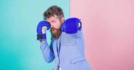 Photo pour Engagé dans la réussite. Homme barbu en position de boxe. Homme d'affaires en tenue formelle et gants de boxe. Le sport améliore ses compétences en leadership. Lutter pour le succès dans le sport et les affaires. Forte et puissante . - image libre de droit