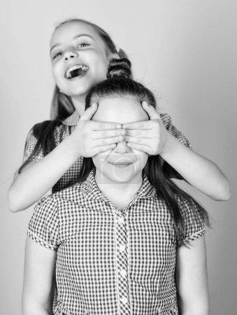 Foto de Amor familiar. Concepto de hermandad. Niños felices juegan juntos. Tener hermana siempre es divertido. Mejores amigos para siempre. Feliz infancia. Chicas hermanas divirtiéndose juntas. Adorables hermanas sonriendo caras. - Imagen libre de derechos