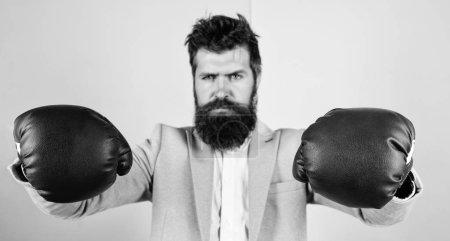 Photo pour Fort et puissant. Homme barbu en position de boxe. Lutter pour le succès dans le sport et les affaires. Homme d'affaires en tenue formelle et gants de boxe. Le sport améliore ses compétences en leadership. Énergie en lui . - image libre de droit