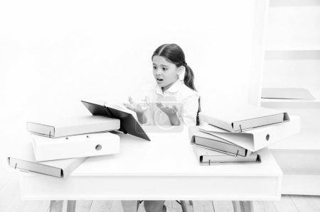 Photo pour Oh non, le texte est trop long. Écolière lecture livre scolaire au comptoir. Fillette lisant le livre de cours à l'école. Petit enfant de l'école ont leçon de littérature. Élève adorable développer des compétences en lecture. - image libre de droit