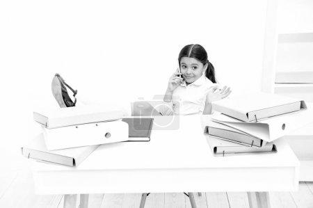 Photo pour Enchanté. Écolière développant des compétences en communication. Petite écolière ayant un coup de fil. Petite fille parlant sur téléphone portable en leçon. Utilisation des technologies de communication dans l'enseignement scolaire . - image libre de droit