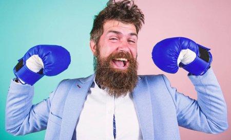 Photo pour Je suis le champion. Homme barbu en position de boxe. Lutter pour le succès dans le sport et les affaires. Homme d'affaires en tenue formelle et gants de boxe. Le sport améliore ses compétences en leadership. Forte et puissante . - image libre de droit