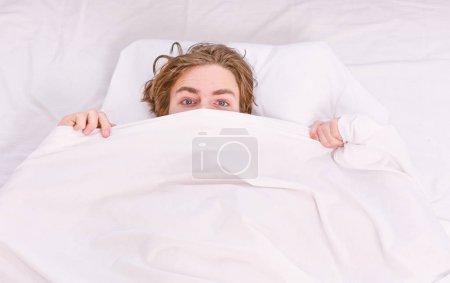 Photo pour Étirez-vous après le réveil le matin. Un bel homme bâillant et étirant les bras. Jeune homme se réveillant - image libre de droit