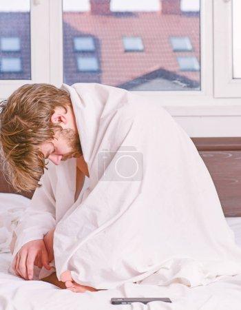 Photo pour Un jeune homme se réveille dans son lit et étire les bras. Un bel homme bâillant et étirant les bras. Bonjour heureux - image libre de droit
