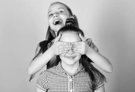 Foto de Chicas hermanas divirtiéndose juntas. Adorables hermanas sonriendo caras. Amor familiar. Concepto de hermandad. Niños felices juegan juntos. Tener hermana siempre es divertido. Mejores amigos para siempre. Feliz infancia. - Imagen libre de derechos